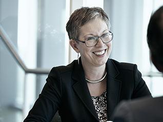Business_woman_in_meeting_fi